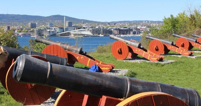 Blick von Hovedøya auf die Schanze Holmenkollen, Tjuvholmen und Akerbrygge, Copright: insidenorway