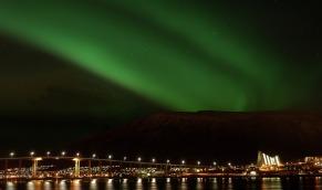 Nordlichter über der Tromsøbrücke, Copyright: Gaute Bruvik - Visitnorway.com