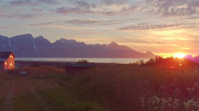 Mitternachtssonne am Lyngenfjord, Copyright: www.visit-lyngenfjord.com / Visit Lyngenfjord AS / Kåfjord, Lyngen
