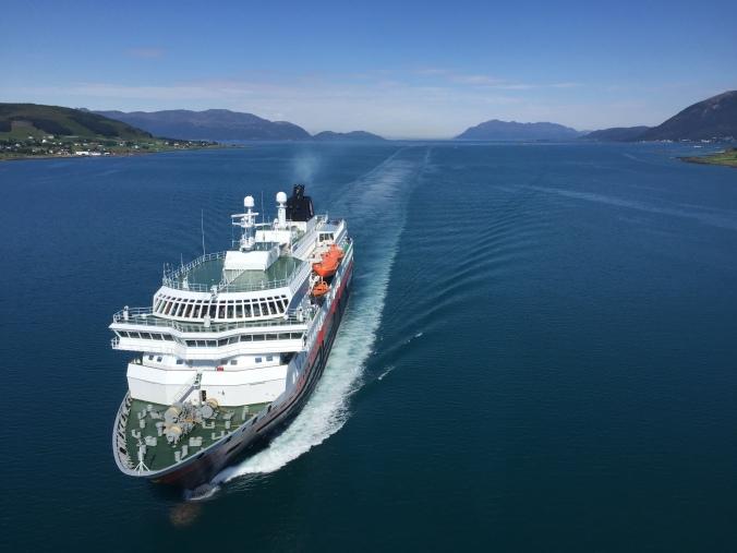 Die MS Nordlys der Hurtigrute passiert die Sortland Brücke, Copyright: insidenorway