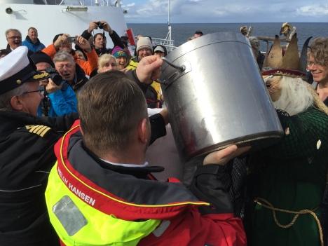 Einer von der Crew muss immer dran glauben und erntet den ganzen Topf, Polarkreistaufe auf der MS Finnmarken