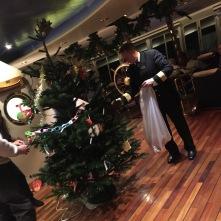 Schmücken unseres Weihnachtsbaumes auf der MS Nordnorge