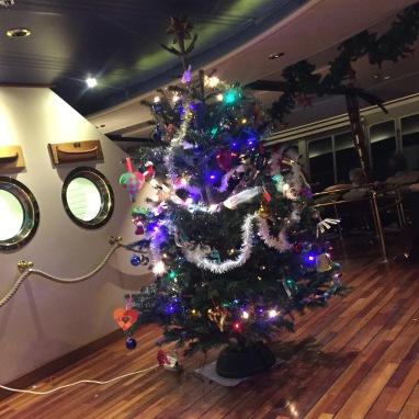 Unser Weihnachtsbaum auf der MS Nordnorge ist bereit für Heiligabend