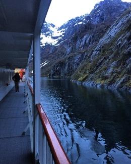 Vorbei an den Felswänden des Trollfjords