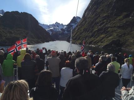 Alle schauen gebannt auf die Einfahrt in den Trollfjord