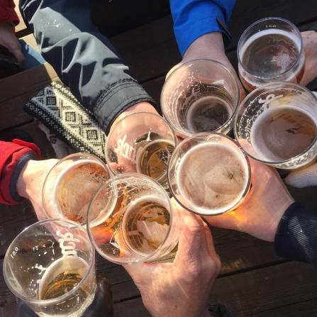 Die Gäste genießen ein Bier mit Blick aufs Schiff in Svolvær