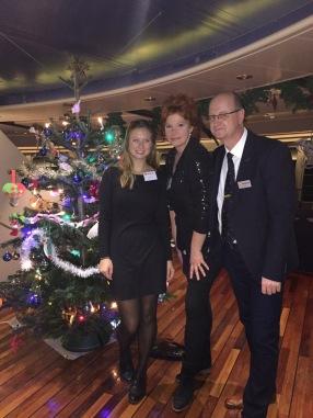 Das Reiseleiterteam auf der MS Nordnorge hat sich für Heiligabend herausgeputzt