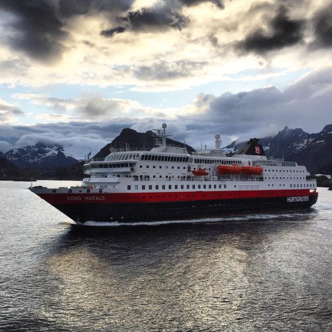 Die MS Kong Harald bei Svolvær, Copyright: insidenorway